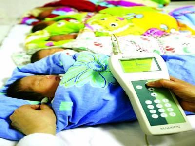 ٹوکیو: خاتون ڈاکٹر نو مولود بچوں کی قوت سمائی کو چیک کر رہی ہے