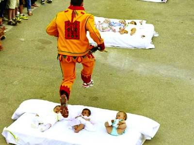 شیطان کا روپ دھار کر بچوں کے اوپر سے چھلانگ لگانے کی روایت