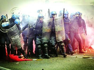 روم: پولیس اہلکار مظاہرین کا احتجاج روکنے کیلئے کھڑے ہیں