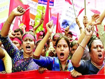 ڈھاکہ:ملازمین فیکٹر ی ملازمین کے خلاف نعرے بازی کر رہے ہیں
