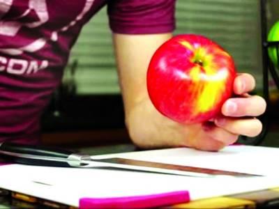 بیج نکالنے کا جھنجٹ ختم،سیب کو درست طریقے سے کا ٹنے کا طریقہ