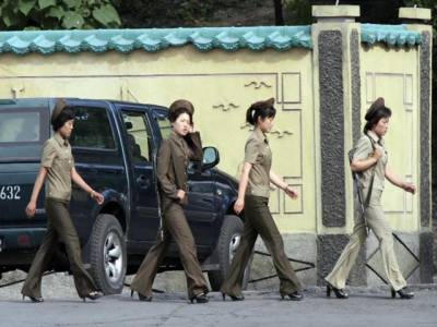 سیول: خواتین سکیورٹی اہلکار بینک میں ڈیوٹی کرنے کیلئے جا رہی ہیں