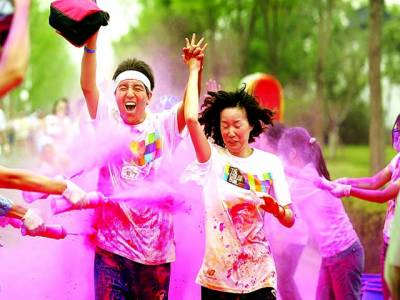 بیجنگ: مقامی یونیورسٹی کے طلباء رنگوں سے کھیل رہے ہیں
