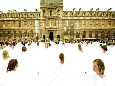 پیرس: میوزک اکیڈمی میں شرکا ء سفید لباس اوڑھے ہوئے ڈانس سیکھ رہے ہیں