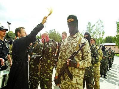 کیف: پادری یوکرینی فوجیوں پر دعائیہ کلمات پڑھ رہا ہے