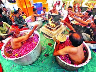 احمد آباد: ہندو اپنی مذہبی رسم ادا کر رہے ہیں