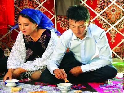 زنجیانگ: تائیوانی خاتون یونگپنگ قازقستان کے ہارلیچ کے ہمراہ شادی کے بعد اکٹھے کھانا کھا رہے ہیں، پسند کی شادی کرنے والے جوڑے کو دلہن کے اہل خانہ نے سو بھیڑیں اور ایک فلیٹ خرید کر دیا ہے تاکہ وہ اپنا نیا سفر خوشگوار طریقے سے شروع کر سکیں