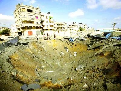 غزہ: فلسطینی اسرائیلی فضائیہ کے حملے سے پڑے ہوئے شگاف کو دیکھ رہے ہیں