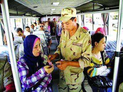 قاہرہ: فوجی بس میں سوار خاتون کو ٹکٹ دے رہا ہے