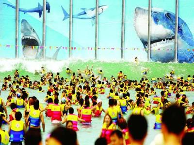بیجنگ: چینی باشندے مقامی واٹر ڈے کے موقع پر سوئمنگ پول میں نہا رہے ہیں