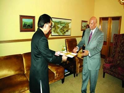 ہائی کمشنر نجم الثاقب لسوٹوکے کنگ کو سفارتی اسناد پیش کررہے ہیں