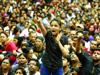بینگلور:پولیس کی جانب سے لگائی گئی کھلی کچہری میں ایک خاتون پولیس مظالم کے خلاف احتجاج کر رہی ہے