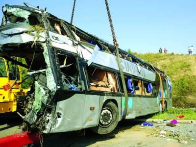 برلن: حادثے میں تباہ بس کو کرین کی مدد سے کھینچا جا رہا ہے