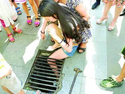موبائل فون کے ساتھ مصروف چینی خاتون گٹر میں جا گری