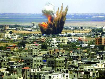 غزہ: اسرائیلی فوجی کی بمباری سے تباہ شدہ عمارت سے دھواں نکل رہا ہے