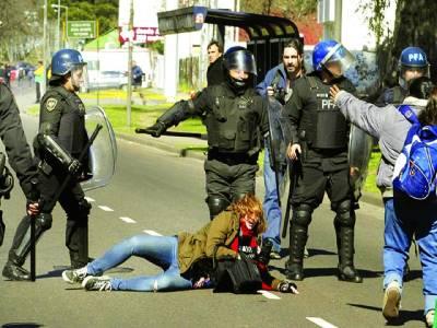 بیونس آئرس: مظاہرے میں شریک خواتین پولیس اہلکار وں کے ساتھ تکرار کر رہی ہیں