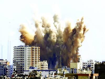 غزہ: اسرائیلی طیاروں کی بمباری سے دھواں اٹھ رہا ہے