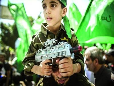 غزہ: حماس کی جانب سے نکالی گئی ریلی میں ایک بچہ شریک ہے