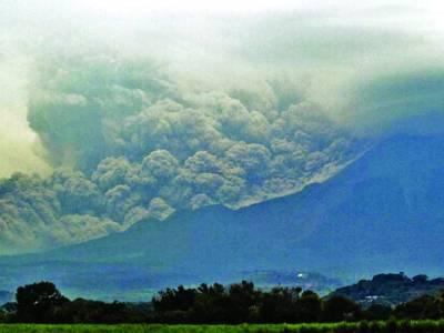 میکسیکو: پہاڑوں کے عقب میں خوفناک کالے بادل دکھائی دے رہے ہیں