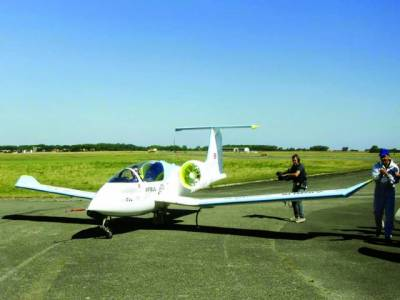 پیرس: بجلی سے چلنے والا چھوٹا ہوائی جہاز جنوبی فرانس میں لینڈنگ کے بعد اپنے اگلے سفر پر روانہ ہورہاہے