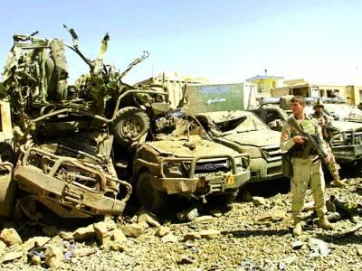 کابل: افغان سکیورٹی اہلکار بم دھماکے سے تباہ شدہ گاڑیوں کے پاس پہرہ دے رہا ہے