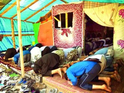 پیرس: افغانستا ن سے ہجرت کرکے آنے والے شہری ایک مسجد میں نماز ادا کررہے ہیں