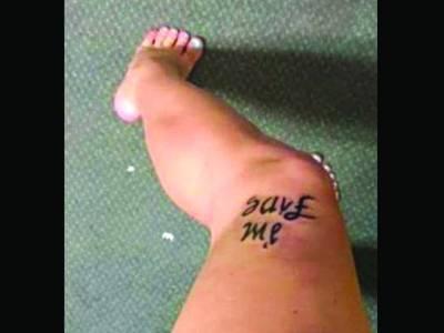 ڈپریشن کی شکار ایک خاتون نے اپنی ٹانگ پر انوکھا ٹیٹو بنوا لیا