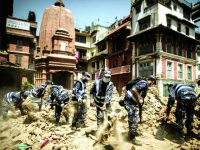 نیپال: رواں بر س اپریل میں آنے والے زلزلے کے بعدرضاکار امدادی سرگرمیو ں میں مصروف ہیں' امریکہ کاکہناہے کہ زلزلے میں اس کی ایک خاتون شہری بھی جاں بحق ہوئی