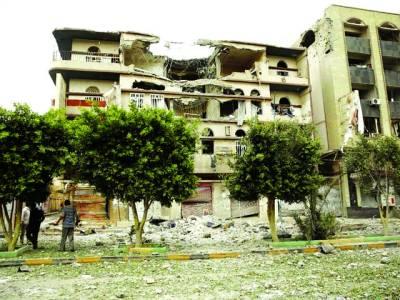 صنعا: لوگ فضائی حملے میں تباہ ہونے والی عمارت کا معائنہ کررہے ہیں