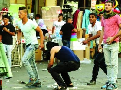 غزہ: فلسطینی نوجوان اسرائیلی فوج پر جھڑپ کے دوران پتھراؤ کررہے ہیں