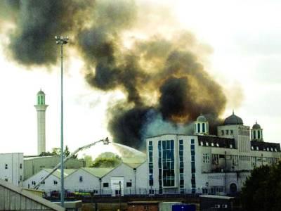لندن: ایک مسجد میں آگ لگنے کے بعد دھویں کے بادل دکھائی دے رہے ہیں