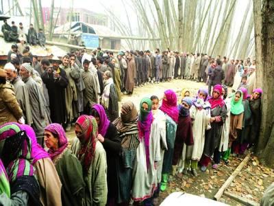 سری نگر: لوگ اپنا ووٹ ڈالنے کیلئے قطار میں کھڑے ہیں