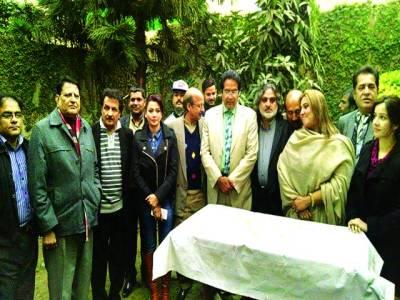 قائد اعظم اور نواز شریف کی سالگرہ کا کیک کاٹنے کی تقریب
