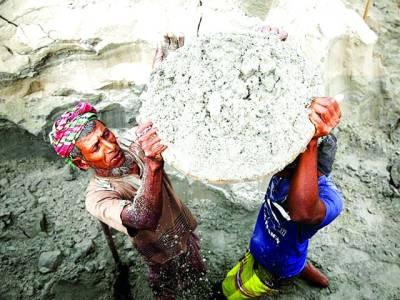 ڈھاکہ: بنگلہ دیش میں عام انتخابات سے بے نیاز دو مزدور دریا کے کنارے ریت نکال رہے ہیں