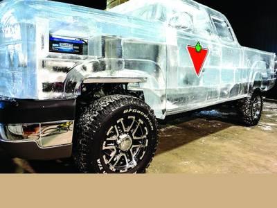 انٹاریو: کینڈین کمپنی کی جانب سے ایک ٹرک کے گردگیارہ ہزار پاؤنڈ برف لگائی ہے