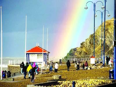 ویلز: لوگ سمندر کے ساحل پر قوس قزاح کو دیکھ رہے ہیں