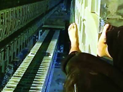 منچلے نوجوان کادبئی کی30منزلہ عمارت پر خطرناک کرتب