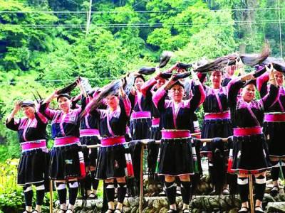چین: انوکھا گاؤں جہاں خواتین زندگی میں صرف ایک دفعہ بال کٹواتی ہیں