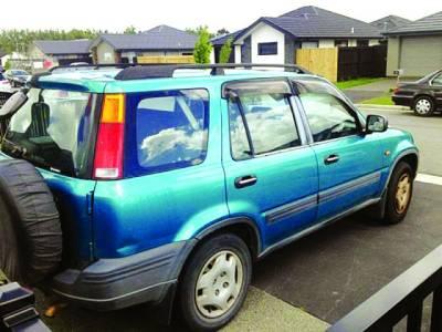 پارکنگ میں کھڑی گاڑی کو ٹکر، شہری دلچسپ تحریر شیشے پر چپکا گیا