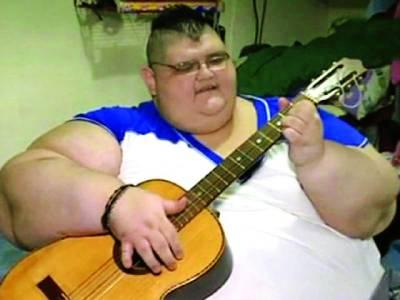 دنیا کا سب سے موٹا شخص جو چل بھی نہیں سکتا لیکن گٹار بجانے کا ماہر