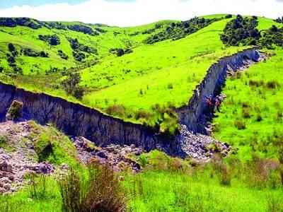 نیوزی لینڈ میں زلزلے نے 15 فٹ اونچی دیواربنا ڈالی