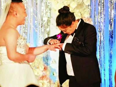 شادی میں لڑکے نے دلہن اور لڑکی نے دولہے کا لباس پہن لیا