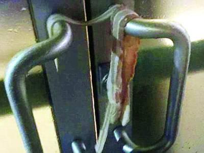 کیلیفورنیا ، خاتون مسجد کے دروازوں کے ہینڈلوں کیساتھ سور کا گوشت لٹکا گئی