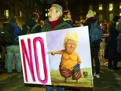 لندن: لوگ امریکی صدر ڈونلڈ ٹرمپ کے خلاف مظاہرہ کر رہے ہیں