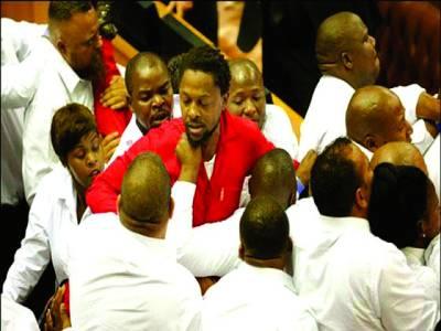 جنوبی افریقہ کی پارلیمینٹ میں ہنگامہ آرائی،مکے چل گئے