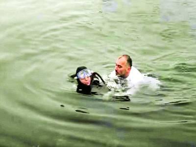 ترکی کے میئر نے ڈوبتی خاتون کو بچاکر لوگوں کے دل جیت لئے