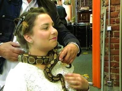 کٹنگ سے پہلے سانپ سے مساج