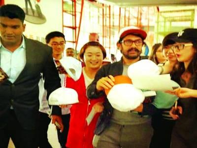 چین میں عامر خان کا شاندار استقبال ،ائیر پورٹ مداحوں سے بھر گیا