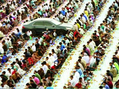 دبئی،گاڑی افطاری کرنیوالوں کے درمیان پھنس گئی،گھنٹوں انتظار