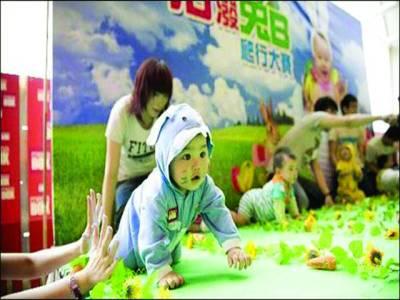چین،ننھے بچوں کا گھٹنوں کے بَل چلنے کا منفرد مقابلہ